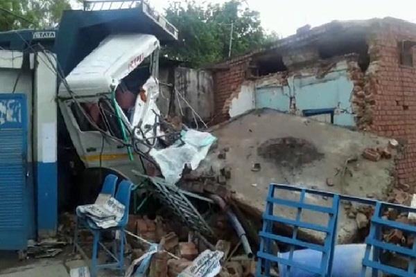 रोडवेज वर्कशॉप की दीवार तोड़कर अंदर घुसा डंपर, ड्राइवर व चौकीदार घायल