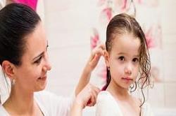 गर्मियों में बच्चों के बालोें की करें यूं देखभाल