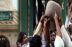 यहां 11 लोग अपनी एक उंगली पर उठाते हैं 90 किलो का पत्थर