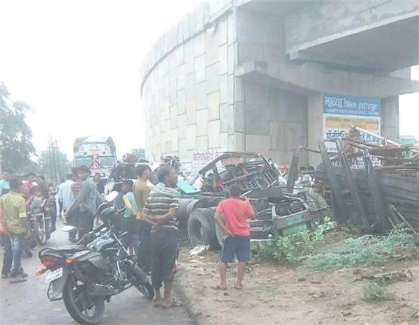भयानक हादसाः फ्लाईओवर से नीचे गिरा ट्रक, 1 की दर्दनाक मौत और 3 घायल