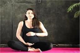 International Yoga Day : बेबी बंप के साथ योगा करती नजर आई सोहा अली खान
