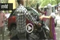 SP ऑफिस में हंगामा, युवती ने युवक को चप्पलों से जमकर पीटा