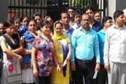 अध्यापकों के रिक्त पदों को भरने के लिए अभिभावकों ने किया प्रदर्शन