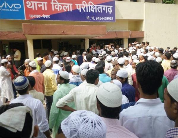 ईद की नमाज के बाद आक्रोशित भीड़ का थाने पर धावा, पथराव व फायरिंग में 3 पुलिसकर्मी घायल
