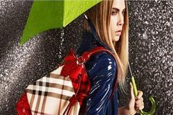 मानसून के मौसम में महिलाएं अपने साथ जरूर रखें ये 5 चीजें