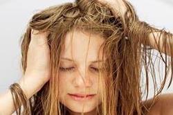 बालों के पसीने ने कर दिया है बुरा हाल तो करें ये काम