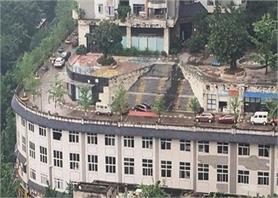Amazing: 5 मंजिला बिल्डिंग के ऊपर बनी है सड़क, पूरी रफ्तार से चलती है गाड़ियां