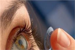 कॉन्टैक्ट लैंस पहनती हैं तो Eye Makeup में बरतें ये सावधानियां