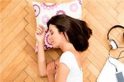 जमीन पर सोने के फायदे ही फायदे