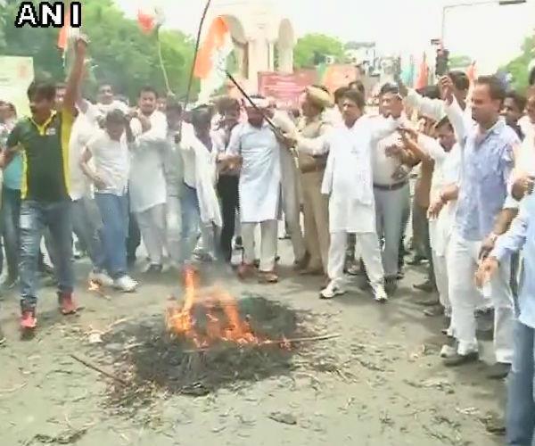 राजीव गांधी की प्रतिमा के साथ बर्बरता, कांग्रेस ने जमकर किया विरोध प्रदर्शन