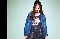 प्लीटेड स्कर्ट के साथ सोनम ने वियर की डेनिम जैकेट, क्या आपको आईं पसंद?