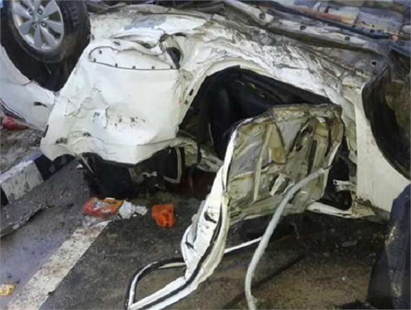 आगरा एक्सप्रेस वे पर कार का टायर फटने से 3 की हुई दर्दनाक मौत, 3 घायल