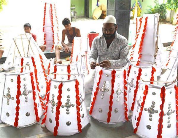 हिन्दू मुस्लिम एकता की पहचान, मुस्लिम बना रहे हैं कावड़ सामग्री