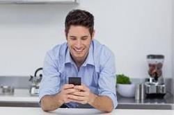 आज ही छोड़ दें मोबाइल से जुड़ी यह आदत, हो सकती हैं गंभीर बीमारी