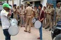 गजबः ढोल नगाड़े बजाकर पुलिस ने सपा विधायक को किया भगोड़ा घोषित