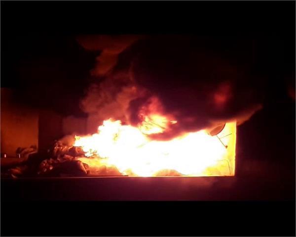 जूता फैक्ट्ररी में लगी भीषण आग, लाखों का सामान जलकर खाक