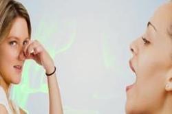 मुंह की दुर्गंध कर रही है शर्मिंदा तो अपनाएं ये असरदार तरीके