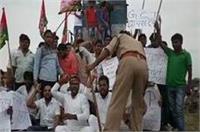 SP कार्यकर्ताओं ने GST के विरोध में रोकी ट्रेन, मुसाफिर परेशान