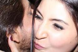 जब सरेआम शाहरुख करने लगे अनुष्का को चुम्मा, तस्वीरें देख क्या होगा विराट का हाल
