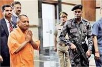 2 दिवसीय दौरे पर गोरखपुर पहुंचे CM योगी, शहीद की पत्नी को सौंपा 6 लाख का चेक