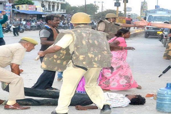 युवक की मौत पर मचा बवालः आक्रोशित भीड़ ने किया थाने पर पथराव, पुलिस ने शव को घसीटा