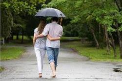 बारिश में इस वजह से कपल हो जाते हैं रोमांटिक