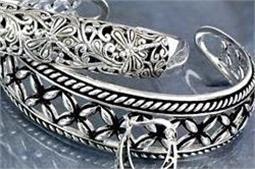 मानसून में भी बरकरार रखें Silver Jewellery की चमक