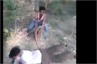 हैवानियत: दबंगों ने पार्क में बैठे प्रेमी जोड़े को बेरहमी से पीटा, फिर युवती से किया रेप