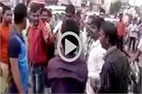 बेखौफ युवकों ने सरेआम अॉटो चालक पर बरपाया कहर, तमाशबीन बनी रही पुलिस