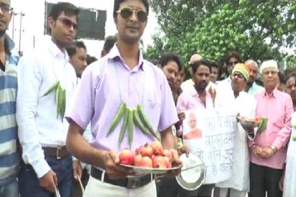मंहगाई के खिलाफ कांग्रेस ने खोला मोर्चा, गले में सब्जियों की माला डाल किया अनोखा प्रर्दशन