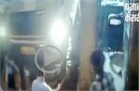 दबंगों ने टोल प्लाजा पर कर्मचारी को पीटा, CCTV में कैद