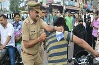 यूपी पुलिस की गुंडई: चेकिंग के नाम पर सरेआम युवक को पीटा, तस्वीरें वायरल
