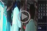 दुकान से मोबाइल लेकर फरार हुआ शातिर चोर, CCTV में कैद वारदात