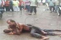 देखिए: बरसाती दंगल जब कीचड़ से भरी सड़क पर लड़ने लगे 2 शराबी