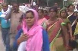 गोरखपुर में शिक्षामित्रों का प्रदर्शन, कहा-याेगी सरकार की कथनी आैर करनी में अंतर