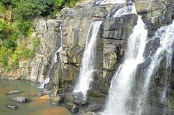 'Natural' खूबसूरती से भरपूर इस झरने पर लगता है पर्यटकों का मेला