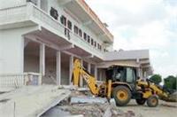 एंटी भू-माफिया टीम की बड़ी कार्रवाई, सपा विधायक के आलीशान होटल पर चलाया बुलडोजर