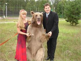 OMG! किसी ने पाला भालू तो कोई सोता है भैंसे के साथ