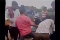 भोले शंकर पर आपत्तिजनक टिप्पणी करने वाले युवक काे हिंदू युवा वाहिनी के कार्यकर्त्ताओं ने जमकर पीटा