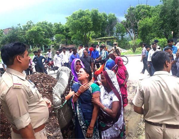UP: दरवाजा खुलते ही संदिग्ध परिस्थितियों में मिले पति-पत्नी के शव, मामला जान पुलिस भी कन्फ्यूज