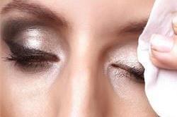 आंखों का मेकअप उतारते समय बरते सावधानियां