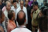 योगी ने किया KGMU के ट्रामा सेन्टर का दौरा, मृतकों के परिजनों को दी 2-2 लाख रुपए की मदद