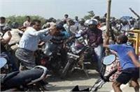 प्रदर्शन कर रहे लालू समर्थकों ने DM और SP पर किया हमला