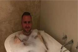 20 सालों में पहली बार नहाया यह शख्स, बाथटब में बैठ शेयर की तस्वीर