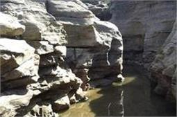 ऐसी जगह जहां पत्थरों पर खुद ही बन गए है कई कुएं