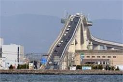 Adventure से कम नहीं इस खतरनाक ब्रिज पर गाड़ी चलाना