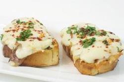 टेस्टी Cheesy Garlic Bread का मजा
