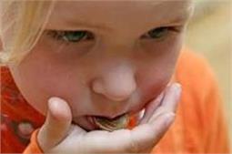 बच्चे के गले में अटक जाए सिक्का, तो तुरंत करें ये उपाय!