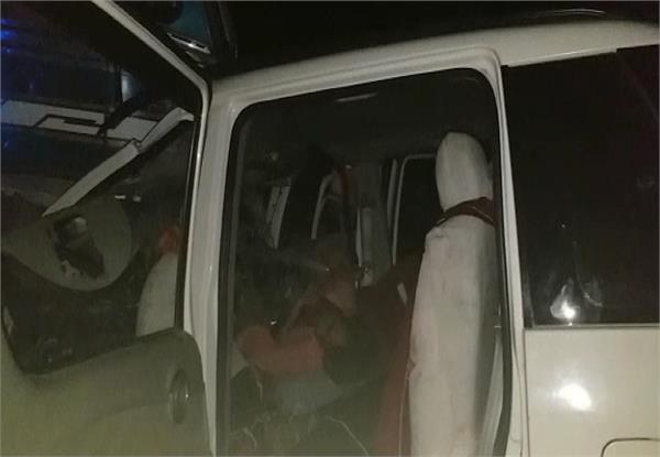 तेज रफ्तार गाड़ी ने ट्रक को मारी टक्कर, 4 की दर्दनाक मौत