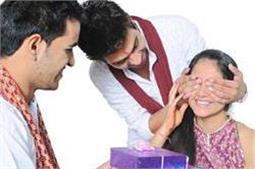 Rakhi Special: ट्रैंडी बैग्स या आउटफिट्स नहीं, इस बार बहन को दें ऐसे सरप्राइज